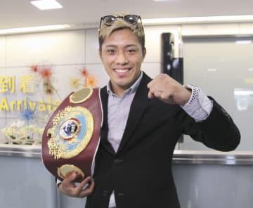 帰国して取材に応じるWBOスーパーフェザー級王者の伊藤雅雪=3日午後、成田空港