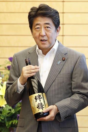 日本酒「絆舞」を贈呈された安倍首相=3日、首相官邸