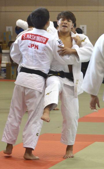 柔道男子日本代表の強化合宿で練習する阿部一二三(右)=3日、宮崎県延岡市