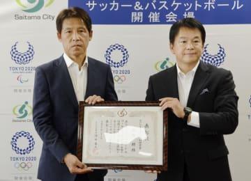 さいたま市のスポーツ特別功労賞を受けた西野朗氏。右は清水勇人市長=3日、さいたま市