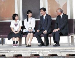 震災遺構の旧野蒜駅で震災語り部と懇談する安倍首相(右から2人目)