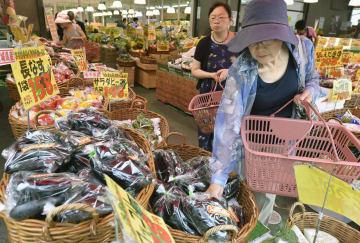 スーパーで野菜を求める買い物客=3日午後、東京都練馬区