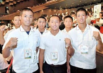 健闘を誓う鯖江ボーイズの元チームメートの杉森圭輔(手前左)、小泉龍之介(手前中)ら