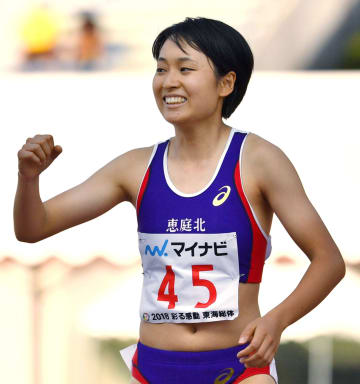 女子100メートルで優勝し、ガッツポーズする恵庭北・御家瀬緑=三重交通Gスポーツの杜伊勢