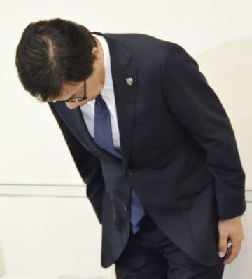 経理担当の元男性社員の着服を発表し、記者会見で頭を下げる「エスパルス」の左伴繁雄社長=3日午後、静岡市