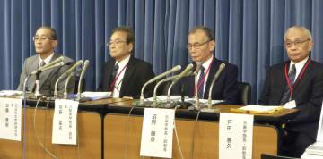 記者会見に臨む日大の牧野富夫元副総長(左から2人目)ら=3日、文科省