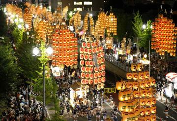秋田市で始まった「竿灯まつり」。稲穂に見立てた竿灯が夏の夜空に輝いた=3日夜