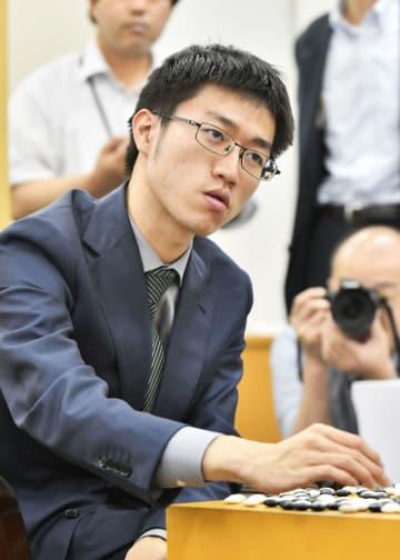 第3局で井山裕太碁聖を破り、碁聖を奪取した許家元七段=3日午後、大阪市の日本棋院関西総本部