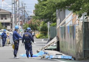 大阪府北部地震で倒壊した高槻市立寿栄小のプールの塀=6月18日