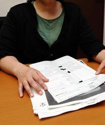 知的障害のある妹が心理的虐待を受け、情報公開請求などで提訴に向けた資料を集めた姉=神戸新聞姫路支社