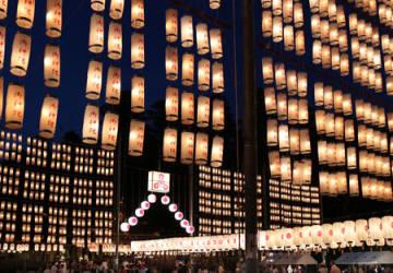 約1万2千個の提灯で照らされた境内(3日午後7時31分、滋賀県多賀町・多賀大社)
