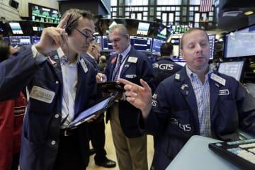 ニューヨーク証券取引所のトレーダーたち=3日(AP=共同)