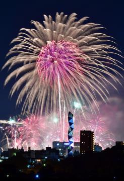 夜空を彩る千波湖の花火=水戸市内、菊地克仁撮影
