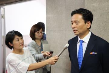 斎藤農相に要望書提出後、報道陣の質問に答える山口知事(右)=農水省