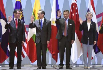 ASEANプラス3の外相会議で写真に納まる(左から)河野外相、中国の王毅外相ら。右端は韓国の康京和外相=4日、シンガポール(共同)