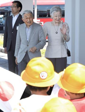 利尻空港で、出迎えの子どもたちに手を振られる天皇、皇后両陛下=4日午後(代表撮影)