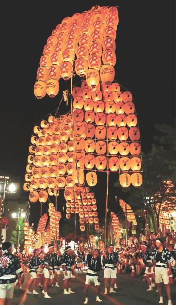 高々と上がった竿燈を支える差し手の妙技が観客を沸かせた=3日午後8時40分ごろ、秋田市の竿燈大通り