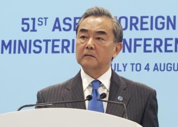 シンガポールで記者会見する中国の王毅国務委員兼外相=4日(共同)
