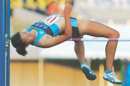 女子走り高跳び決勝 1メートル69をクリアし、3位となった青森・弘前実の奥沢