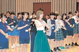 指原さん(中央)と一緒に踊る中高生