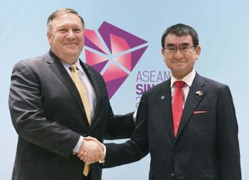 会談前に握手する河野外相(右)とポンペオ米国務長官=4日、シンガポール(共同)