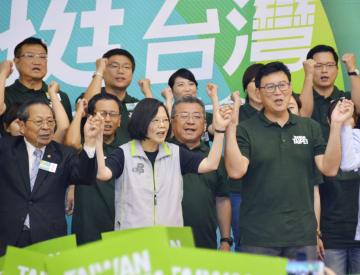 台湾の統一地方選に向け、台北市長選の民進党公認候補、姚文智氏(前列右端)を激励する蔡英文総統(同中央)=3日、台北市内(共同)