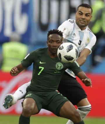 W杯1次リーグのアルゼンチン戦でプレーするナイジェリア代表のFWムサ(手前)=6月、サンクトペテルブルク(AP=共同)