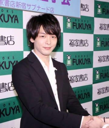 「最初の本『童詩』」の発売記念イベントに登場した中村倫也さん