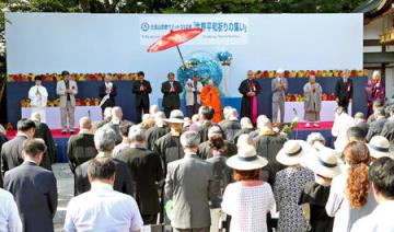 世界の平和を祈り、黙祷する参列者たち(4日午後3時30分、大津市坂本本町・延暦寺)