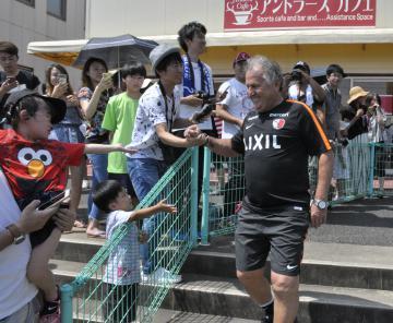 鹿島にテクニカルディレクターとして復帰し、サポーターの歓迎を受けるジーコ氏=鹿嶋市粟生