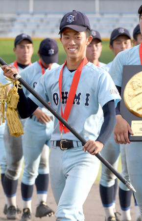 100回の節目となる全国高校野球選手権で選手宣誓をする近江高の中尾主将。2年ぶりに夏の甲子園に出場するチームを支える(7月28日、大津市・皇子山球場)