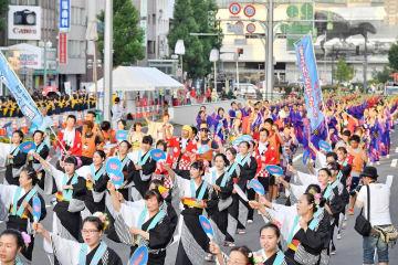 色とりどりの浴衣姿で練り歩く民踊の参加者たち=8月4日、福井県福井市中央1丁目