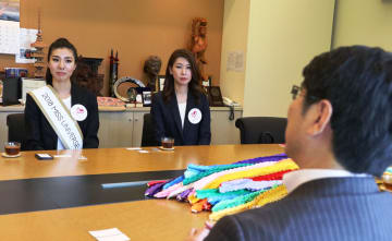 千羽鶴を贈ったミス・ユニバース長崎代表の池田さん(左)=長崎市、長崎原爆資料館