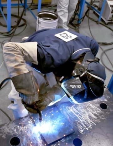 「溶接甲子園」で鍛錬した溶接技術の成果を披露する高校生=4日午前、新居浜市阿島1丁目