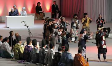 北海道命名150年目の記念式典で、アイヌの伝統芸能を見られる天皇、皇后両陛下=5日午前、札幌市豊平区