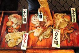 魚の棚商店街にある「松庄商店」。取れたての前もんが動き回る=明石市本町1(撮影・大山伸一郎)