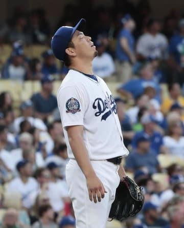 アストロズ戦の2回、ゴンザレスに先制本塁打を浴び、天を仰ぐドジャース・前田=ロサンゼルス(共同)