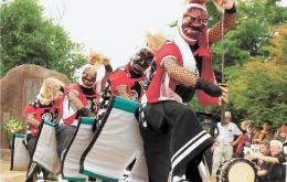 芸能まつりで勇壮な踊りを披露した鬼剣舞の伝承団体