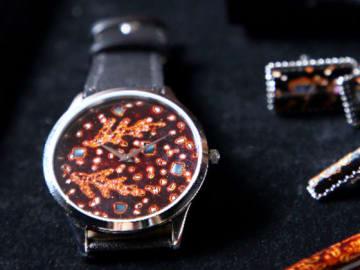 伝統工芸「若狭塗」を文字盤に施した腕時計(レディーフォー提供)