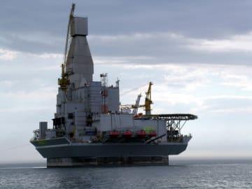 ロシア極東サハリン沖の資源開発事業「サハリン1」の海上施設=2005年7月(タス=共同)