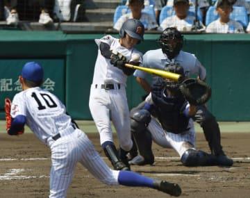 済美―中央学院 4回表済美2死二塁、矢野が右前に適時打を放つ。投手西村、捕手池田=甲子園