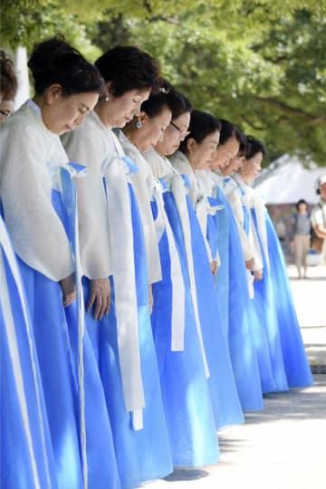 韓国人被爆者の慰霊祭で、黙とうする人たち=5日、広島市の平和記念公園