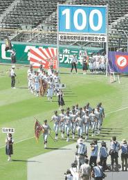 第100回全国高校野球選手権記念大会のリハーサルで行進する仙台育英の選手たち