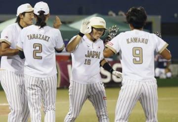 日本―英国 2回、本塁打を放ち、上野(左端)らに祝福される藤田=市原