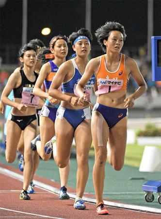 女子七種競技 最終種目の800メートルで力走し、優勝した鳥羽の池田(右)=三重県伊勢市・三重交通Gスポーツの杜伊勢