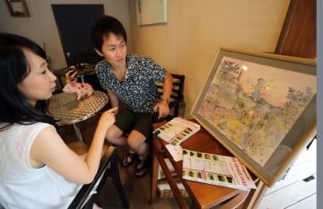 ドローイングの展示作品に見入る来店客=長崎市、フルーツいわなが