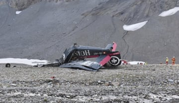 遊覧飛行中、スイス・アルプス山中に墜落したユンカース機の残骸(グラウビュンデン州警察当局提供・AP=共同)