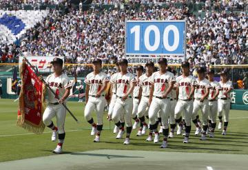 第100回全国高校野球選手権大会の開会式で入場行進する土浦日大ナイン=5日、甲子園球場