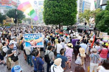 自民党の杉田衆院議員に対し、謝罪と撤回、議員辞職を求めて声を上げるデモの参加者ら=5日午後、東京・渋谷駅前