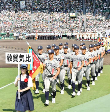 第100回大会の開会式で堂々と入場行進する敦賀気比ナイン=8月5日、兵庫県西宮市の甲子園球場